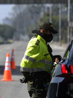 Retén de policía en 2020 en Bogotá, ilustra nota de lista de cosas que suben con aumento del salario mínimo 2021 en Colombia.