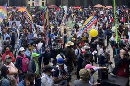 Manifestantes con carteles de CUT ilustra nota sobre rechazo de las centrales obreras por el incremento del salario mínimo para el 2021
