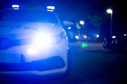 Carro de policía, ilustra nota de niña de 12 años que apuñaló al novio de su mamá para protegerla