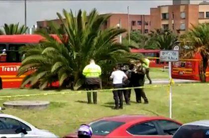 Momento cuando la Policía inspecciona el sitio en donde encontraron un cuerpo sin vida en Bogotá, en el sector de Banderas