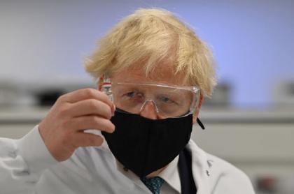 El primer ministro británico Boris Johnson supervisa una de las nuevas vacunas contra el coronavirus, como la aprobada este 30 de diciembre en ese país.