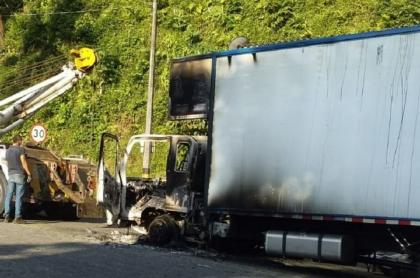 Imagen de uno de los cuatro camiones incinerados en Antioquia; Ejército culpa al Eln y a disidentes de las Farc