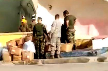 Soldados con ayudas humanitarias en san Andrés islas.