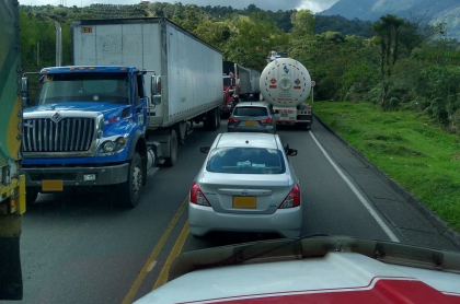 Los cierres en la vía Bogotá-Manizales ya llevarían varias horas por diversos motivos.