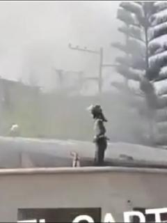 Imagen del momento en que policías intentan controlar el fuego en una celda de la estación en La Cumbre, en Floridablanca, en donde varios presos intentaron huir