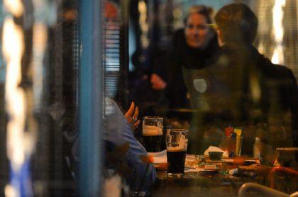 Foto de cervezas ilustra nota sobre cómo identificar un licor adulterado