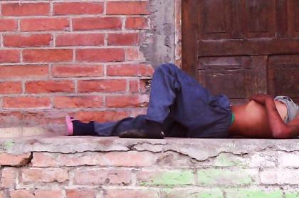Habitante de calle durmiendo ilustra nota sobre ataques a dos indigentes en Medellín