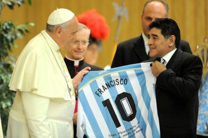 Momento en el que Maradona le obsequia camiseta de Argentina a Francisco.