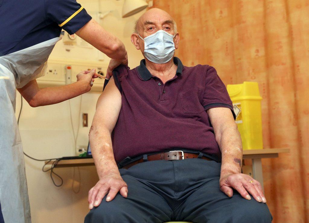 Brian Pinker, primero en recibir la vacuna de Oxford y AstraZeneca / AFP