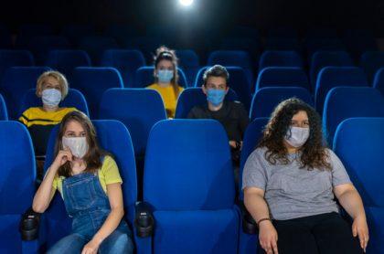 Personas en cine en medio de la pandemia, ilustran nota de Presidente de Cine Colombia, preocupado por segunda ola de coronavirus
