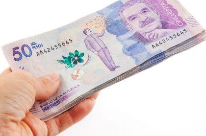 Billetes colombianos ilustran nota del salario integral para el 2021 luego del aumento del 3,5 %