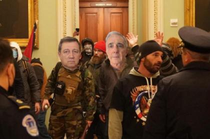 Fotomontaje de Daniel Samper, en el que se ve al expresidente Álvaro Uribe y al senador Ernesto Macías en el Capitolio de EE.UU.