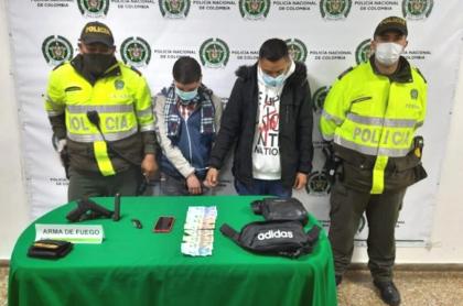 Presuntos ladrones, capturados por la policía.