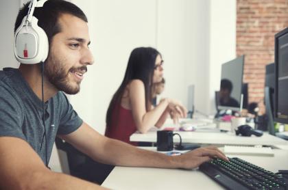 Imagen de jóvenes en escritorio ilustra artículo Trabajo en Canadá: Quebec abre convocatoria