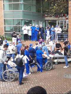 Imagen de la evacuación en la Clínica El Rosario en Medellín, debido a una fuga de gas