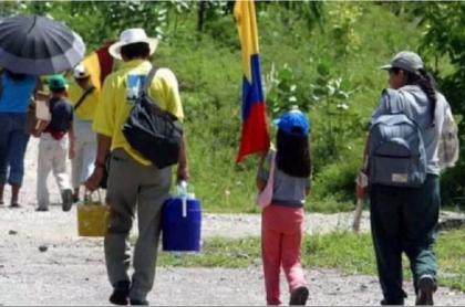 Foto de referencia de personas desplazadas por la violencia en Colombia, quienes se benefician con la prórroga de la Ley de Víctimas y Restitución de Tierras por 10 años más.