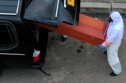 Abuela muere por COVID y hospital San Blas de Bogotá entrega otro cuerpo. Imagen de referencia del retiro de un ataúd.
