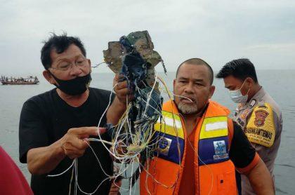 Pescadores hallan restos humanos y escombros de avión que se estrelló en Indonesia.