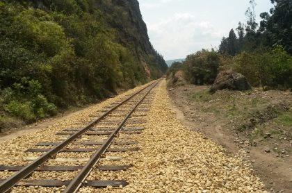 Foto de referencia de las vías del tren, usada para ilustrar noticia sobre hombre que se durmió en la carrilera en estado de embriaguez y fue arrollado por un tren.