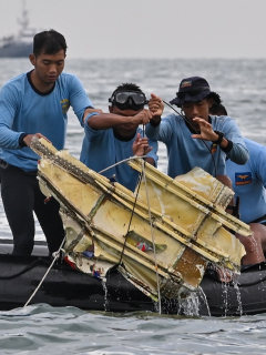 Localizan cajas negras de avión Boeing que se estrelló en Indonesia.