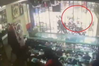 Captura de video del atentado con granada en Barranquilla, este martes