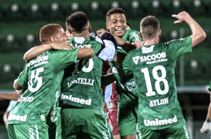 Chapecoense regresa a la primera división de Brasil. Celebración de los jugadores.