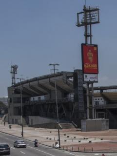 Bomberos intentan ayudar a un joven que se trepó a la luminaria del estadio bogotano con intención de lanzarse al vacío.