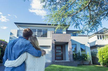 Foto de una pareja joven comprando casa propia.