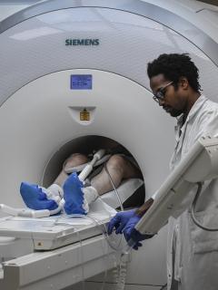 """Imagen de paciente que se somete a una resonancia magnética ilustra artículo Después de coronavirus podría venir """"pandemia"""" de cáncer"""