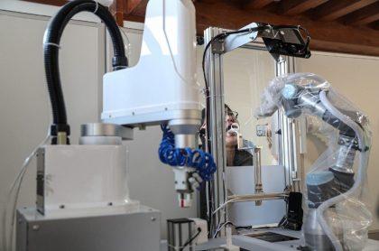Imagen del robot que toma pruebas de COVID-19.