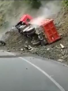Imagen del momento en que una volqueta se sale de la vía en el Valle del Cauca, accidente que fue grabado por el conductor de una tractomula