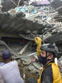Varios edificios se derrumbaron tras el sismo que sacudió la isla Célebes este viernes: