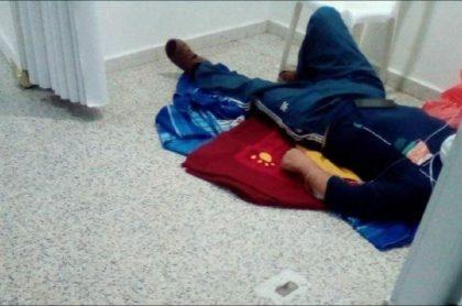 Imagen del paciente acostado en el piso del hospital Susana López de Valencia, en Popayán, que ya dio respuesta al caso