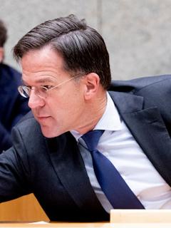 Gobierno holandés renuncia en bloque por escándalo de corrupción.