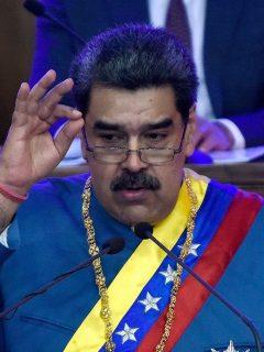 Nicolás Maduro en el Informe del Estado de la Nación 'Memoria y Cuenta 2020', ilustra nota sobre críticas que le hacen en Twitter por apertura de concesionario de Ferrari en Caracas.