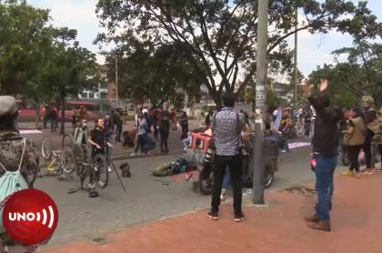 Mujer discute con camarógrafo en plantón contra violencia de género, en Bogotá, siendo esta una de las agresiones registradas contra periodistas hombres, en dichas manifestaciones, de parte de grupos feministas que protestaban.
