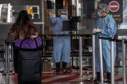 Mujer en el aeropuerto El Dorado ilustra nota sobre colombianos que llegaron del extranjero con prueba positiva de COVID-19