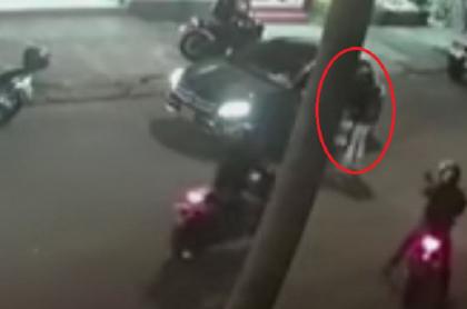 Momento en que ladrones intentan robar un Mercedes-Benz en Bogotá y los atropelló la tecnología