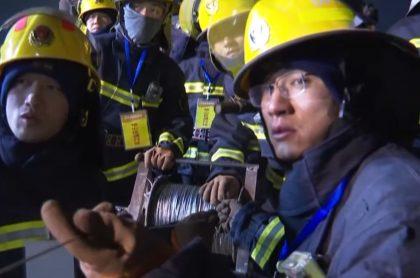 Mineros atrapados en mina de China envían prueba de supervivencia.
