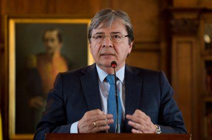 Ministro Carlos Holmes Trujillo está sedado e intubado por neumonía