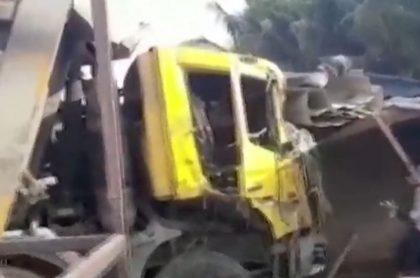 Ccamión mató a 15 personas que estaban al borde de una carretera, en India.