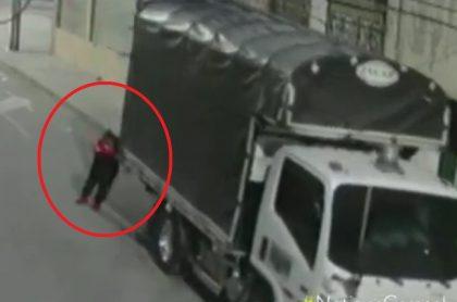 Robo de camión en Bogotá: quedó grabado en cámaras; ladrones escaparon