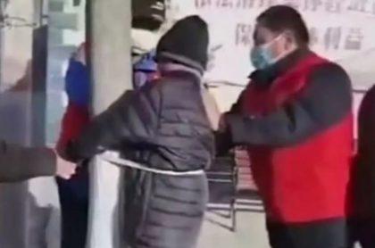 Anciano fue ammarrado a árbol por violar la cuarentena en China.