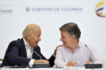 Juan Manuel Santos junto a Joe Biden, ilustran nota de broma de Martín Santos con foto en la que dice que su papá enmermeló al nuevo presidente de EEUU