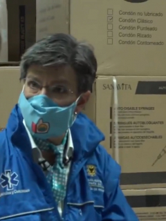 Claudia López presentando insumos médicos para la COVID-19, entre los que estaban cajas de condones