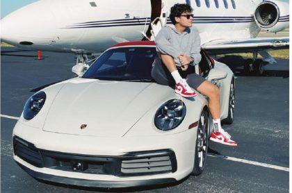 Silvestre Dangond en el nuevo auto de lujo Porsche que compró