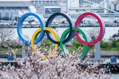 Los tradicionales aros de los Juegos Olímpicos exhibidos en Tokio, ciudad que aplazó un año su realización.