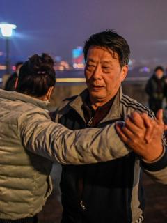Pareja baila en Wuhan, China.