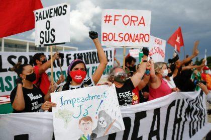 Brasileños protestan contra  Jair Bolsonaro en Brasil por demora en vacunación