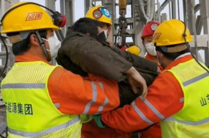 11 mineros fueron rescatados luego de quedar atrapados hace dos semanas en una mina de oro en China.